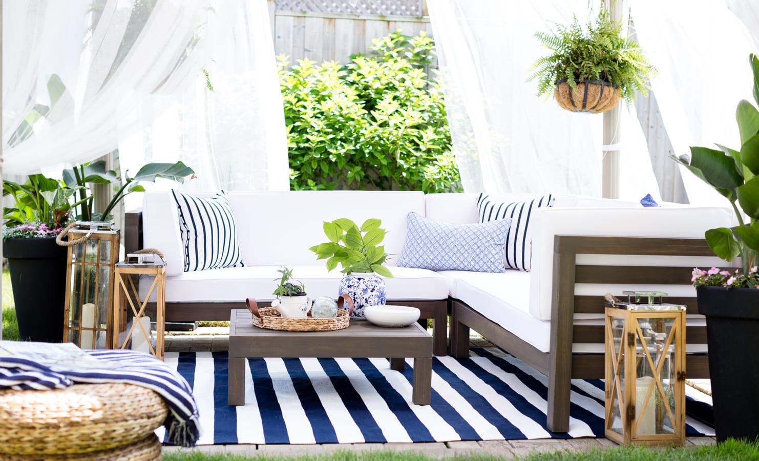 Патио в белом и синем цвете
