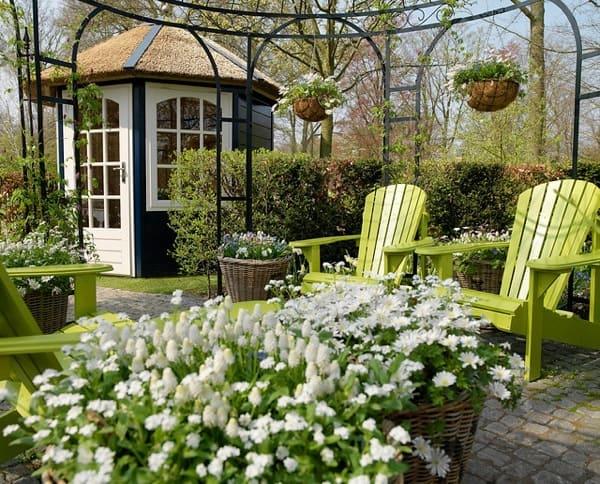 Белый уголок в саду